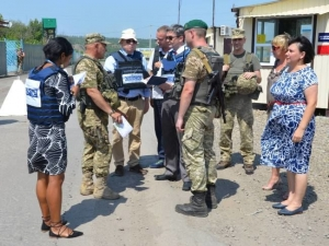 CROSSING THE RUSSIA-UKRAINE BATTLEFRONT AT ZOLOTE